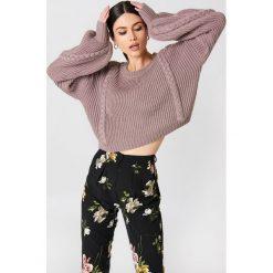 NA-KD Krótki sweter ze ściegiem warkoczowym - Pink. Różowe swetry klasyczne damskie NA-KD. Za 141,95 zł.
