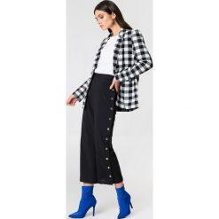 Spodnie z wysokim stanem: NA-KD Trend Spodnie z wysokim stanem i zatrzaskami – Black