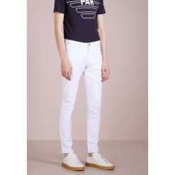 Emporio Armani POCKETS PANT Jeansy Slim Fit bianco ottico. Szare jeansy męskie relaxed fit marki Emporio Armani, l, z bawełny, z kapturem. W wyprzedaży za 479,25 zł.