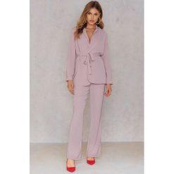 Hannalicious x NA-KD Spodnie garniturowe bootcut - Pink,Nude. Różowe spodnie z wysokim stanem marki Hannalicious x NA-KD, z poliesteru. W wyprzedaży za 60,89 zł.