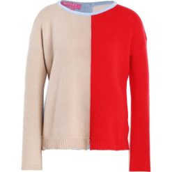 Swetry klasyczne damskie: 81hours Studio BACK TO FRONT Sweter cameld red