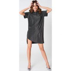 T-shirty damskie: Hannalicious x NA-KD Brokatowa sukienka typu T-shirt – Black