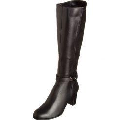 Kozaki w kolorze czarnym. Czarne buty zimowe damskie Divine Factory, na obcasie. W wyprzedaży za 130,95 zł.