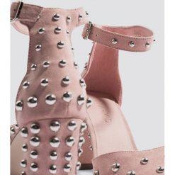 Josefin Ekström for NA-KD Czółenka w szpic zdobione ćwiekami - Pink. Różowe buty ślubne damskie marki Josefin Ekström for NA-KD. Za 242,95 zł.