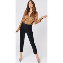 Boyfriendy damskie: NA-KD Trend Jeansy z dwiema ozdobnie spranymi wstawkami - Black