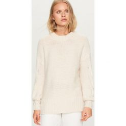Sweter z ozdobnymi rękawami - Kremowy. Białe swetry klasyczne damskie marki Reserved, l, z dzianiny. Za 89,99 zł.