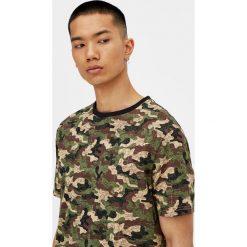 Koszulka w moro z krótkim rękawem. Szare t-shirty męskie marki Pull & Bear, okrągłe. Za 29,90 zł.
