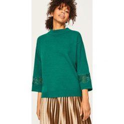 Sweter z koronkowymi panelami - Khaki. Brązowe swetry klasyczne damskie marki Reserved, l, z koronki. Za 119,99 zł.