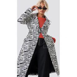 NA-KD Trend Lakierowany płaszcz Zebra - White. Białe płaszcze damskie NA-KD Trend, z motywem zwierzęcym, z lakierowanej skóry. Za 404,95 zł.
