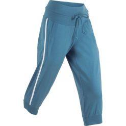 Spodnie sportowe 3/4 bonprix niebieski dżins. Niebieskie bryczesy damskie bonprix, w paski. Za 59,99 zł.