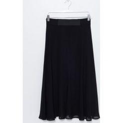 Spódnica. Czarne spódniczki rozkloszowane Simple, z gumy. Za 299,90 zł.
