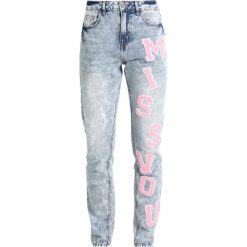 Noisy May NMDONNA MOM PATCH  Jeansy Slim Fit light blue denim. Niebieskie boyfriendy damskie Noisy May. W wyprzedaży za 242,10 zł.