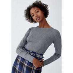 Krótki sweter z okrągłym dekoltem. Niebieskie swetry klasyczne damskie marki Pull&Bear. Za 59,90 zł.