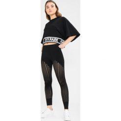 Ivy Park LOGO TAPE BOXY CROP CREW TEE Tshirt z nadrukiem black. Czarne topy sportowe damskie marki Strategia. Za 189,00 zł.
