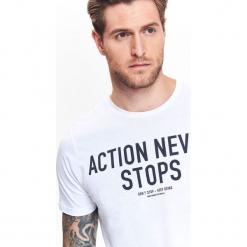 T-SHIRT MĘSKI Z NADRUKIEM. Szare t-shirty męskie z nadrukiem marki Top Secret, na jesień, m. Za 24,99 zł.