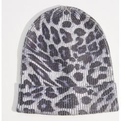 Czapka beanie z motywem zwierzęcym - Wielobarwn. Szare czapki damskie marki Mohito, z motywem zwierzęcym. Za 39,99 zł.