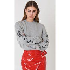 Bluzy damskie: NA-KD Trend Bluza z wyszywanymi różami na rękawach – Grey