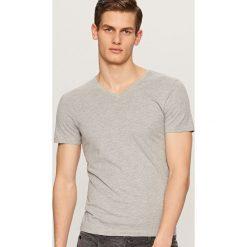 Gładki t-shirt z dekoltem w serek - Jasny szar. Szare t-shirty męskie Reserved, l, z dekoltem w serek. Za 19,99 zł.