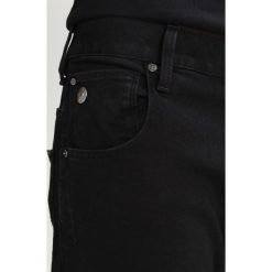 GStar ARC 3D SLIM Jeansy Slim Fit hino black denim. Białe jeansy męskie relaxed fit marki G-Star, z nadrukiem. W wyprzedaży za 375,20 zł.