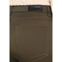 2ndOne NICOLE Jeans Skinny Fit artillery green. Zielone jeansy damskie 2ndOne, z bawełny. W wyprzedaży za 161,85 zł.