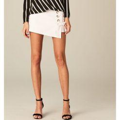 Szorty damskie: Eleganckie szorty z wiązaniem - Biały