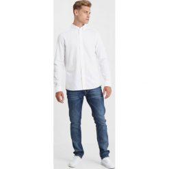 Calvin Klein GALDO LOGO OXFORD FITTED Koszula white. Pomarańczowe koszule męskie marki Calvin Klein, l, z bawełny, z okrągłym kołnierzem. Za 349,00 zł.