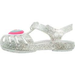 Crocs ISABELLA NOVELTY Sandały kąpielowe silver. Szare sandały chłopięce marki Crocs, z gumy. Za 149,00 zł.