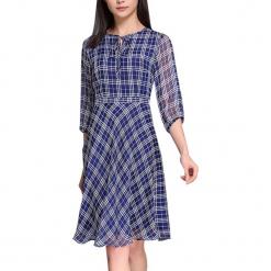 Sukienka w kolorze niebiesko-białym. Białe sukienki marki Vogue.Va, w kratkę, z okrągłym kołnierzem, midi. W wyprzedaży za 279,95 zł.