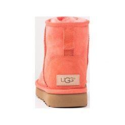 UGG CLASSIC MINI Botki corail. Pomarańczowe buty zimowe damskie marki Ugg, z materiału. Za 719,00 zł.
