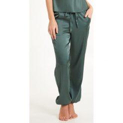 Satynowe spodnie od piżamy Secret Delight. Szare piżamy damskie Astratex, z satyny. Za 141,99 zł.