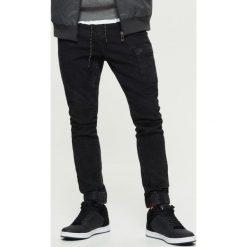 Jeansy SLIM JOGGER - Czarny. Czarne jeansy męskie regular Cropp. Za 129,99 zł.