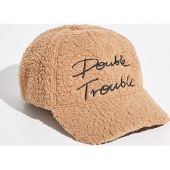 Puszysta czapka z daszkiem - Kremowy. Białe czapki z daszkiem damskie Sinsay. W wyprzedaży za 9,99 zł.