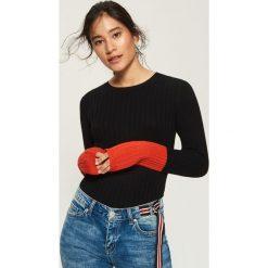 Sweter z kontrastowymi mankietami - Czerwony. Czerwone swetry klasyczne damskie marki Sinsay, l, z kontrastowym kołnierzykiem. W wyprzedaży za 19,99 zł.