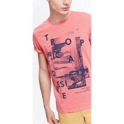 T-SHIRT MĘSKI Z NADRUKIEM I NIEWYKOŃCZONYMI KRAWĘDZIAMI. Różowe t-shirty męskie z nadrukiem marki Top Secret, na lato, m. Za 29,99 zł.