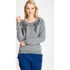 Szary sweter z ozdobnym haftem QUIOSQUE. Szare kardigany damskie marki Mohito, l. W wyprzedaży za 49,99 zł.