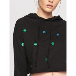 Bluzy rozpinane damskie: Krótka bluza z kapturem - Czarny