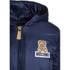 MOSCHINO PADDED Kurtka zimowa dark blue. Niebieskie kurtki chłopięce zimowe marki MOSCHINO, z materiału. W wyprzedaży za 417,45 zł.
