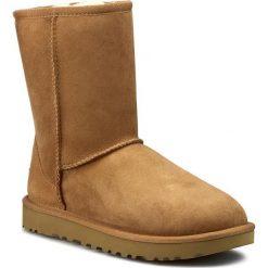 Buty UGG - W Classic Short II 1016223 W/Che. Szare buty zimowe damskie marki Ugg, z materiału, z okrągłym noskiem. Za 939,00 zł.