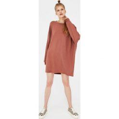 Sukienki hiszpanki: Sukienka kokon z długim rękawem