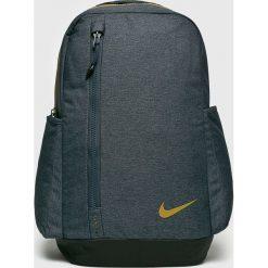 Nike - Plecak. Szare plecaki męskie Nike, w paski, z poliesteru. W wyprzedaży za 159,90 zł.