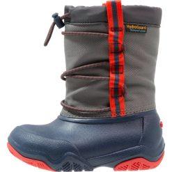 Crocs SWIFTWATER WATERPROOF  Kalosze navy/flame. Różowe buty zimowe damskie marki Crocs, z materiału. W wyprzedaży za 167,40 zł.