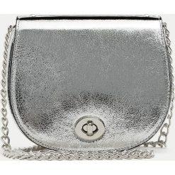 Torebki klasyczne damskie: Mała lakierowana torebka na ramię.