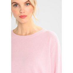 Swetry klasyczne damskie: Amorph Berlin BOYFRIEND Sweter powder