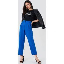 Spodnie damskie: NA-KD Trend Luźne spodnie garniturowe - Blue