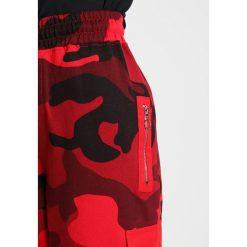 Spodnie dresowe damskie: Missguided Petite CAMO COMBAT TROUSER Spodnie treningowe red