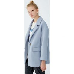 Płaszcz typu kokon z guzikiem. Czerwone płaszcze damskie marki Pull&Bear. Za 199,00 zł.