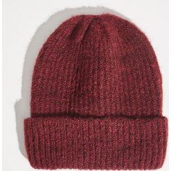 Czapka typu beanie - Bordowy. Czerwone czapki zimowe damskie marki Sinsay. Za 19,99 zł.