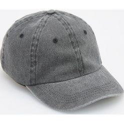 Jeansowa czapka z daszkiem - Czarny. Czarne czapki z daszkiem męskie Reserved, z jeansu. W wyprzedaży za 29,99 zł.