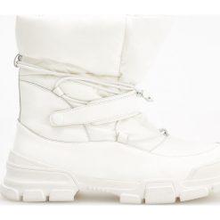 Skórzane śniegowce - Kremowy. Białe śniegowce damskie marki Reserved, na wysokim obcasie. Za 349,99 zł.