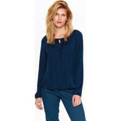 BLUZKA DAMSKA ELEGANCKA, Z SATYNOWEJ TKANINY, Z WIĄZANIEM. Niebieskie bluzki damskie Top Secret, z satyny, eleganckie, z koszulowym kołnierzykiem. Za 64,99 zł.
